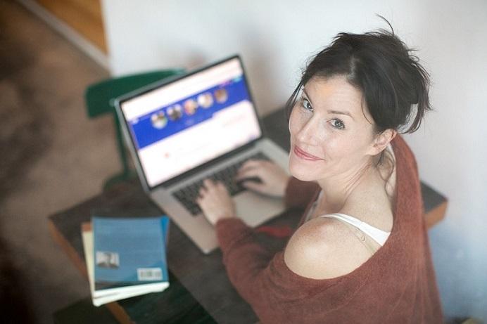 Mujer en la computadora